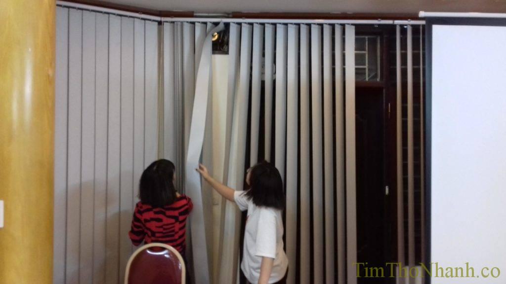 Sửa chữa lắp rèm lá dọc, thay dây kéo, thêm quả đế chân rèm hoặc dây chân rèm giá tính theo bộ hoặc theo mét, tùy từng số lượng sửa rèm bạn hãy gọi 0826826663 để sửa rèm ngay nhé