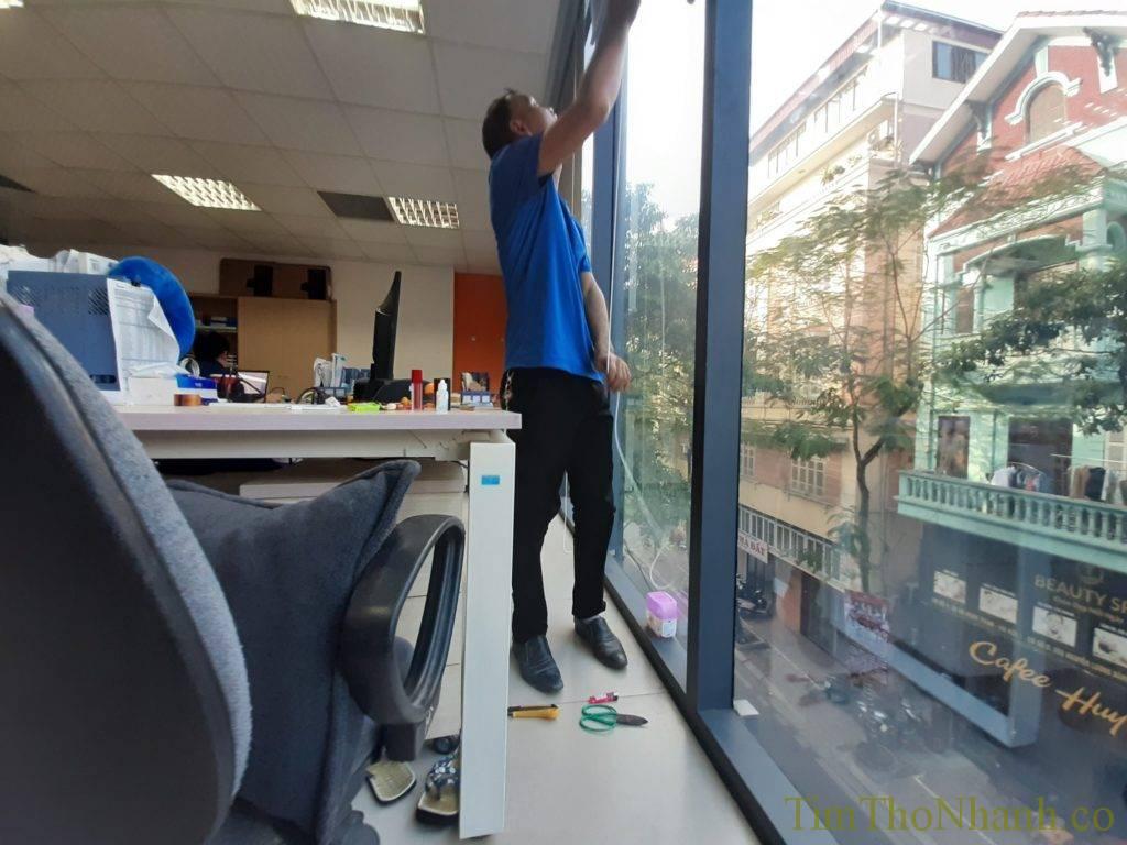 Đội chúng em sửa rèm cuốn văn phòng bị đứt dây hoặc rèm cuốn rụng lá tại hà nội giá 150k/bộ