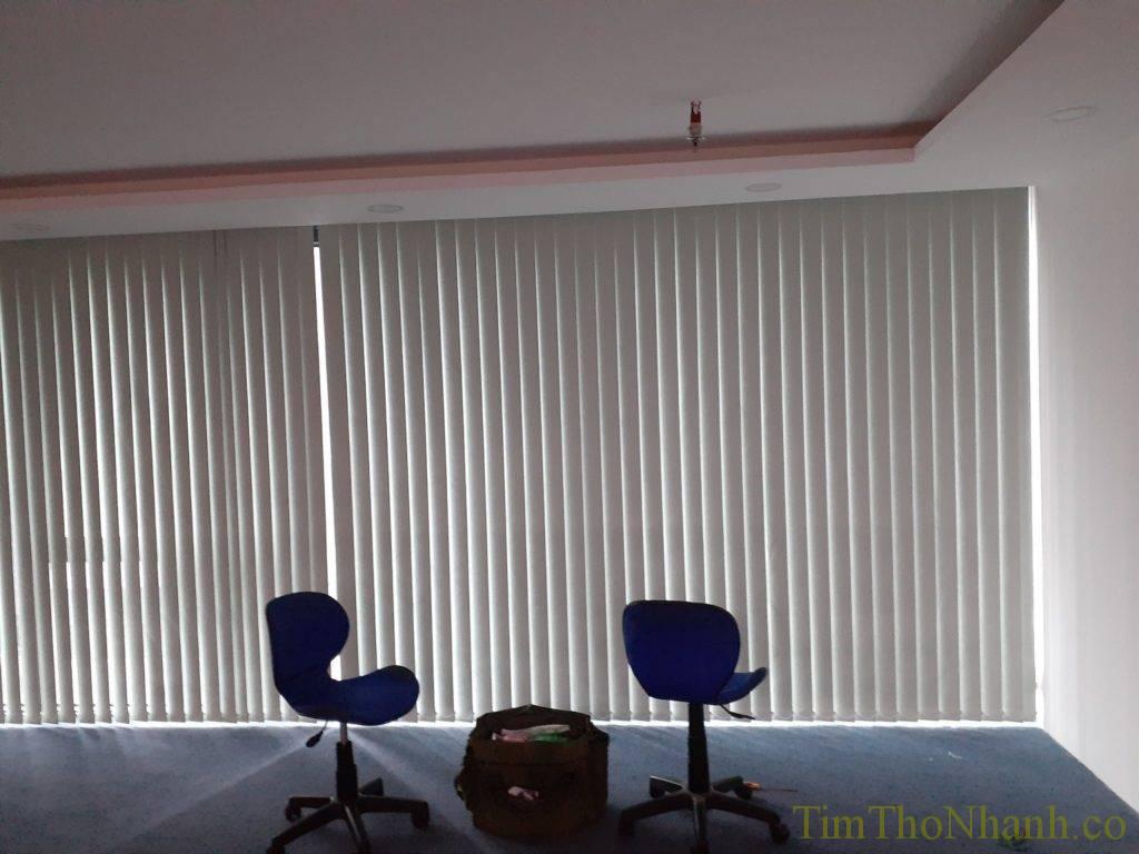 với diện tích rèm lá dọc rộng như này làm mới hết nhiều tiền hơn di chuyển bộ rèm sẵn có